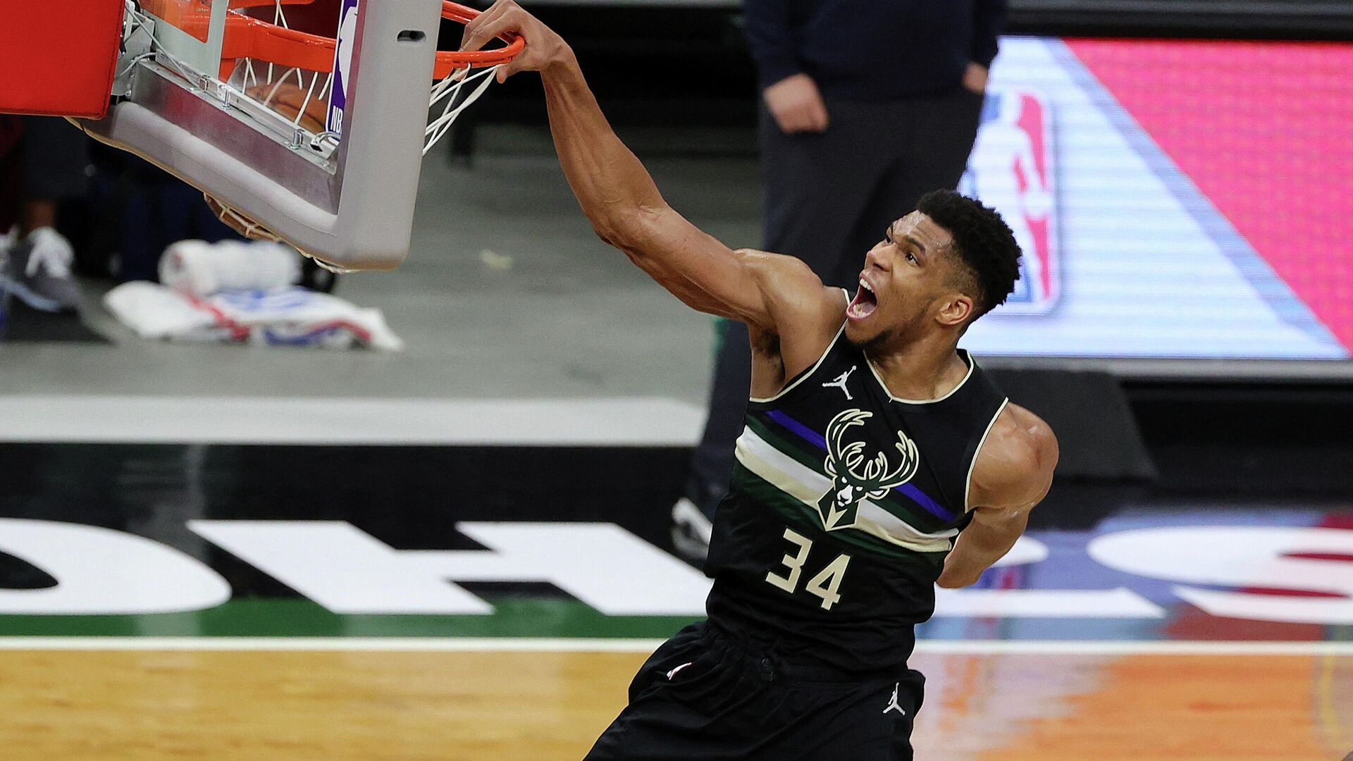 MILWAUKEE, WISCONSIN - FEBRUARY 28: Giannis Antetokounmpo #34 of the Milwaukee Bucks dunks during the second half of a game against the LA Clippers at Fiserv Forum on February 28, 2021 in Milwaukee, Wisconsin. NOTE TO USER: User expressly acknowledges and agrees that, by downloading and or using this photograph, User is consenting to the terms and conditions of the Getty Images License Agreement.   Stacy Revere/Getty Images/AFP (Photo by Stacy Revere / GETTY IMAGES NORTH AMERICA / Getty Images via AFP) - РИА Новости, 1920, 02.03.2021