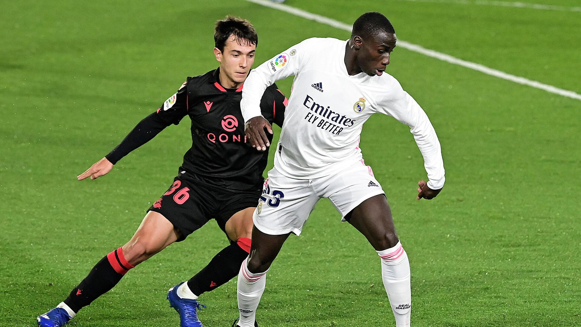 Real Sociedad's Spanish midfielder Martin Zubimendi (L) challenges Real Madrid's French defender Ferland Mendy during the Spanish league football match between Real Madrid CF and Real Sociedad at the Alfredo di Stefano stadium in Valdebebas, on the outskirts of Madrid on March 1, 2021. (Photo by JAVIER SORIANO / AFP) - РИА Новости, 1920, 02.03.2021