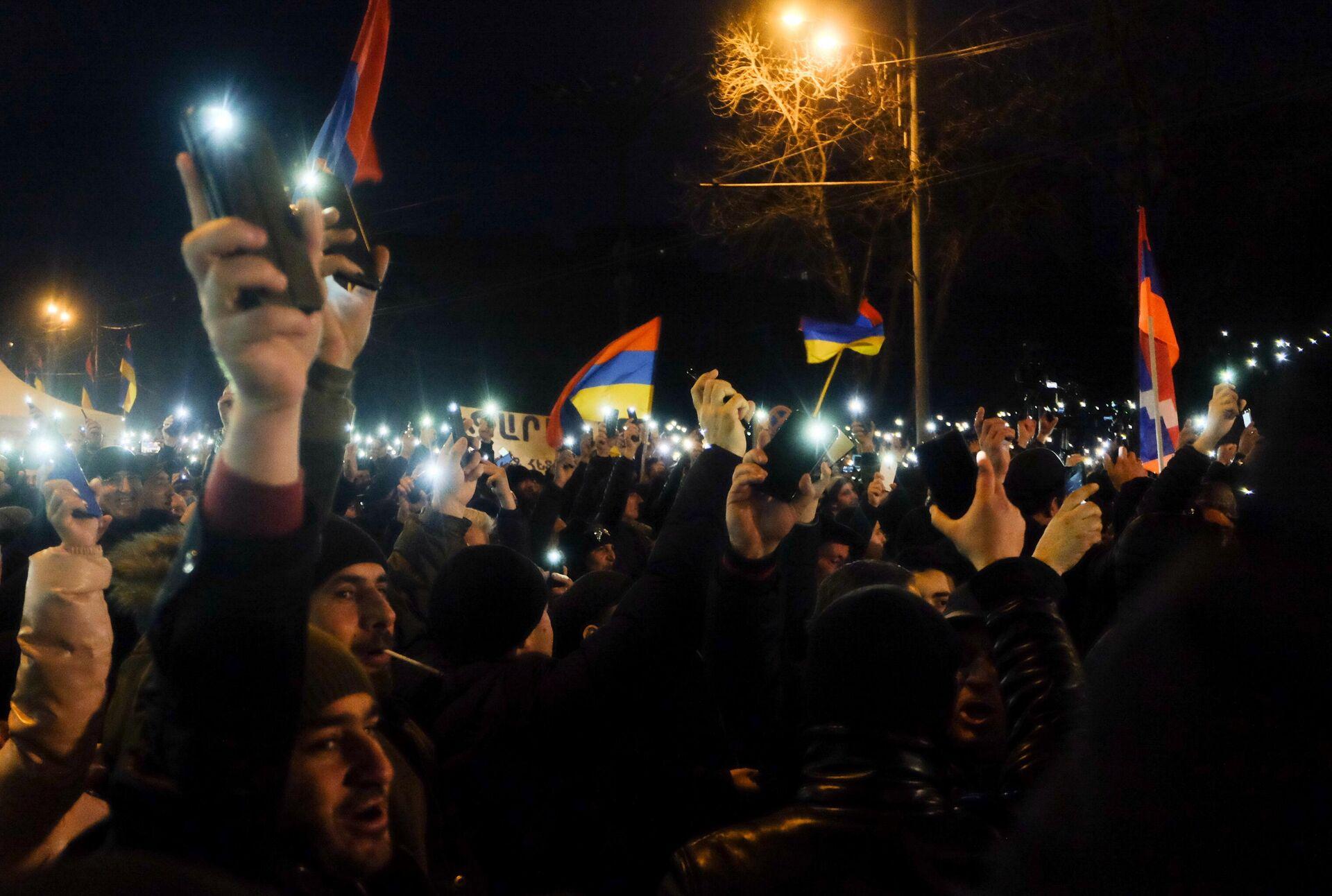 Участники акции протеста оппозиции с требованием отставки премьер-министра Армении Никола Пашиняна на проспекте Баграмяна в Ереване - РИА Новости, 1920, 02.03.2021