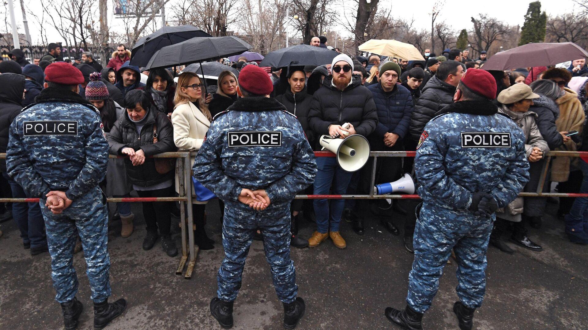 Сторонники экс-президента Армении Роберта Кочаряна перед зданием суда, где проходит заседание по делу 1 марта - РИА Новости, 1920, 02.03.2021