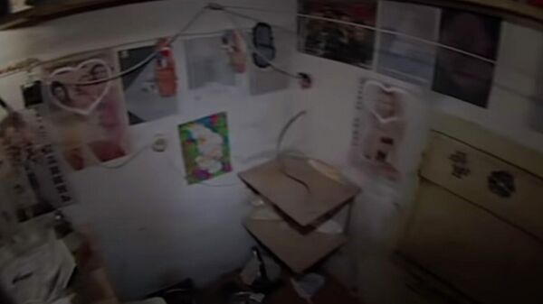 Стоп-кадр оперативной съемки, где Виктор Мохов держал похищенных девушек