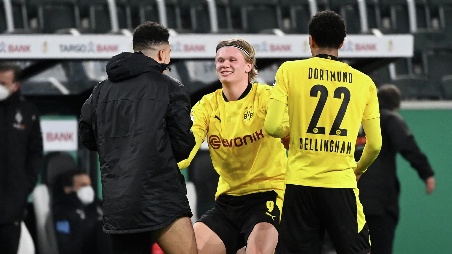 (LtoR) Dortmund's English midfielder Jadon Sancho, Dortmund's Norwegian forward Erling Braut Haaland and Dortmund's English midfielder Jude Bellingham celebrate after the German Cup (DFB Pokal) quarter-final football match between Borussia Moenchengladbach and Borussia Dortmund in Moenchengladbach, western Germany, on March 2, 2021. - Dortmund won the match 1-0 and qualified for the semi-finals. (Photo by Ina Fassbender / various sources / AFP) / DFB REGULATIONS PROHIBIT ANY USE OF PHOTOGRAPHS AS IMAGE SEQUENCES AND QUASI-VIDEO. - РИА Новости, 1920, 03.03.2021
