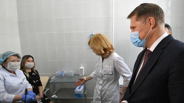 Министр здравоохранения РФ Михаил Мурашко во время посещения пункта вакцинации против новой коронавирусной инфекции в Госпитале ветеранов войн № 3 в Новосибирске