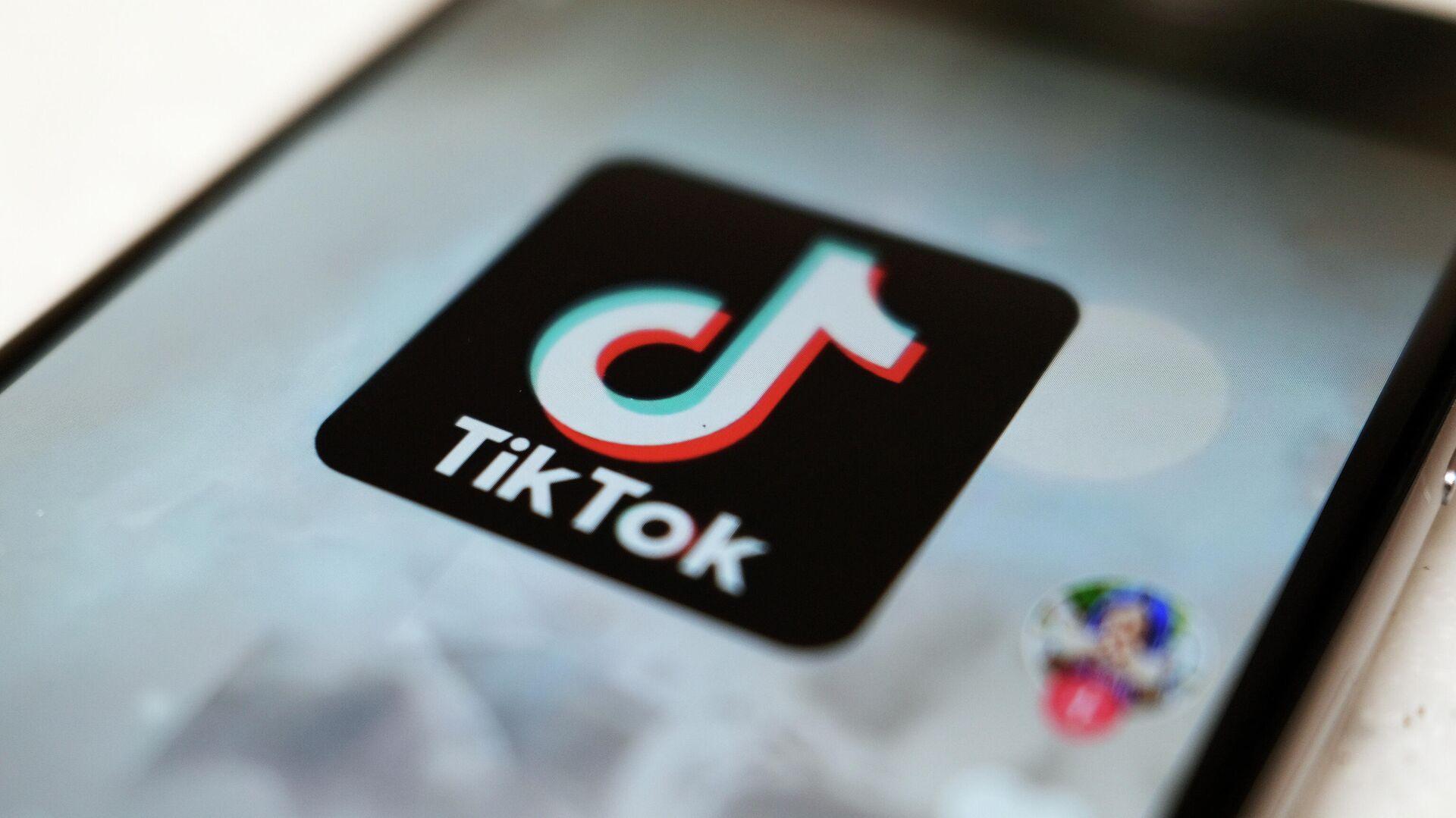 Логотип приложения TikTok на экране смартфона - РИА Новости, 1920, 07.04.2021