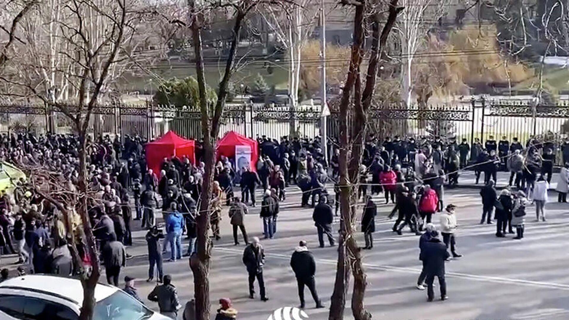 Сторонники оппозиции у здания парламента Армении в Ереване. Кадр видео - РИА Новости, 1920, 03.03.2021