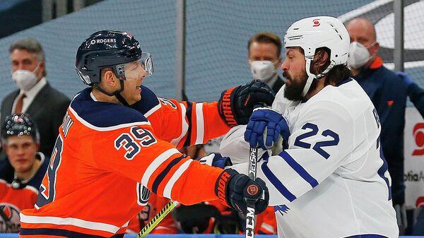 Хоккеисты Алекс Чейссон (слева) и Зак Богосян в матче НХЛ