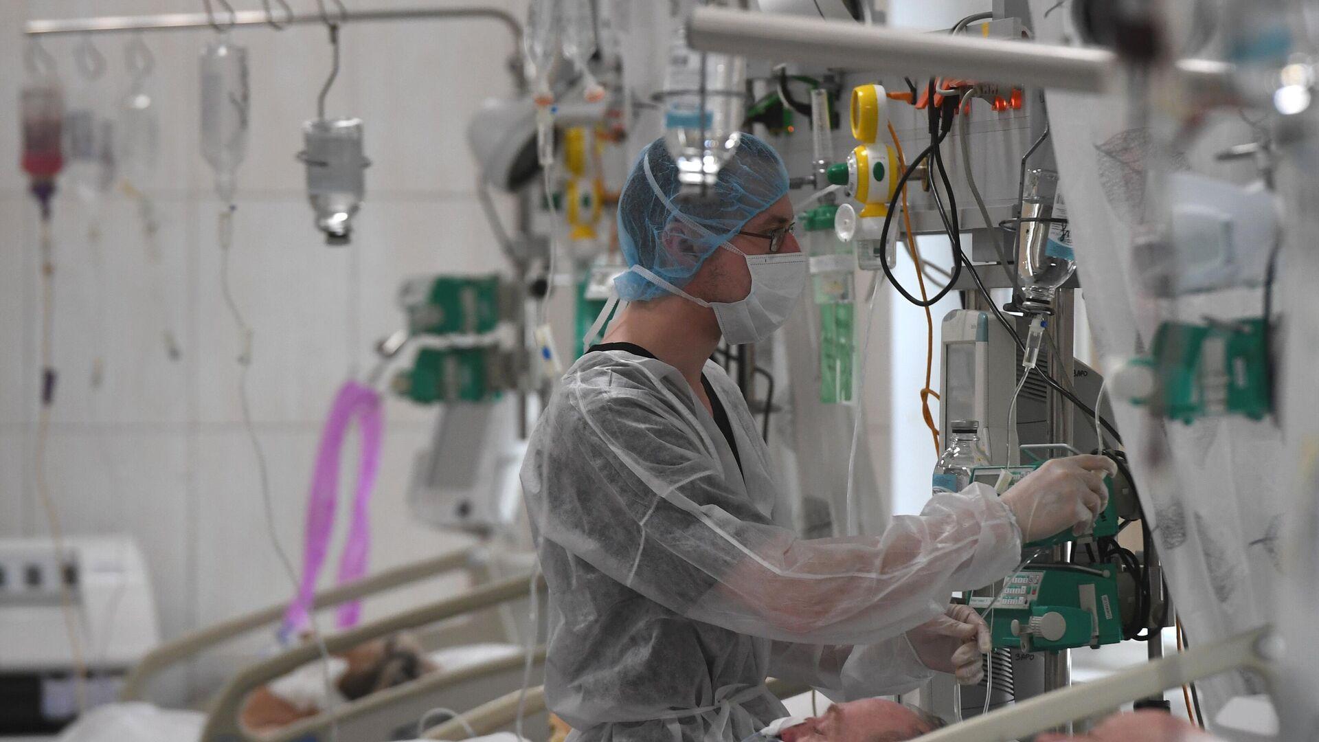 Медицинские работники и пациенты в отделении реанимации и интенсивной терапии - РИА Новости, 1920, 05.03.2021