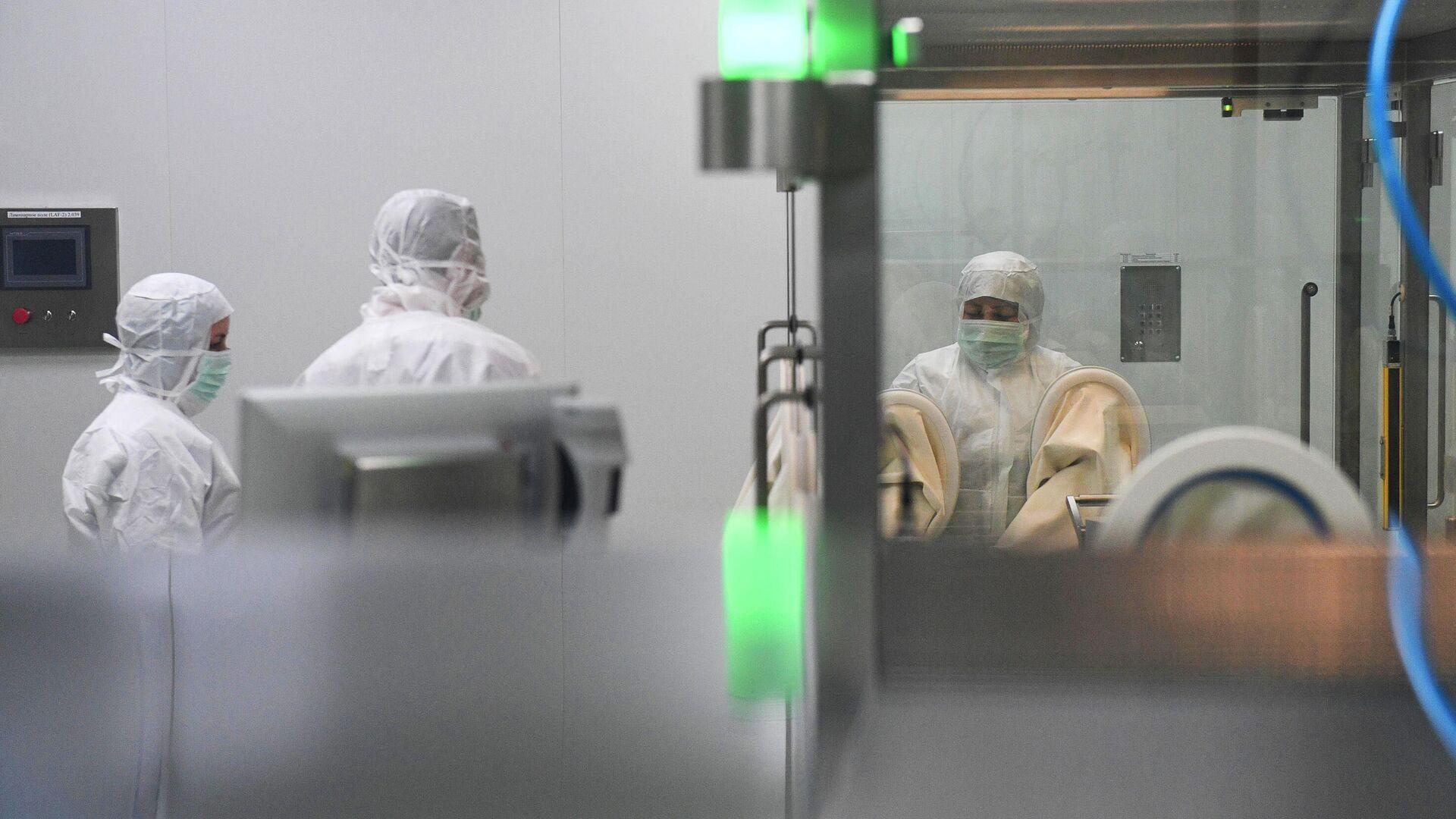 Линия розлива инъекционных препаратов шприц-доза вакцины ЭпиВакКорона на предприятии Вектор-БиАльгам в Новосибирске - РИА Новости, 1920, 31.03.2021