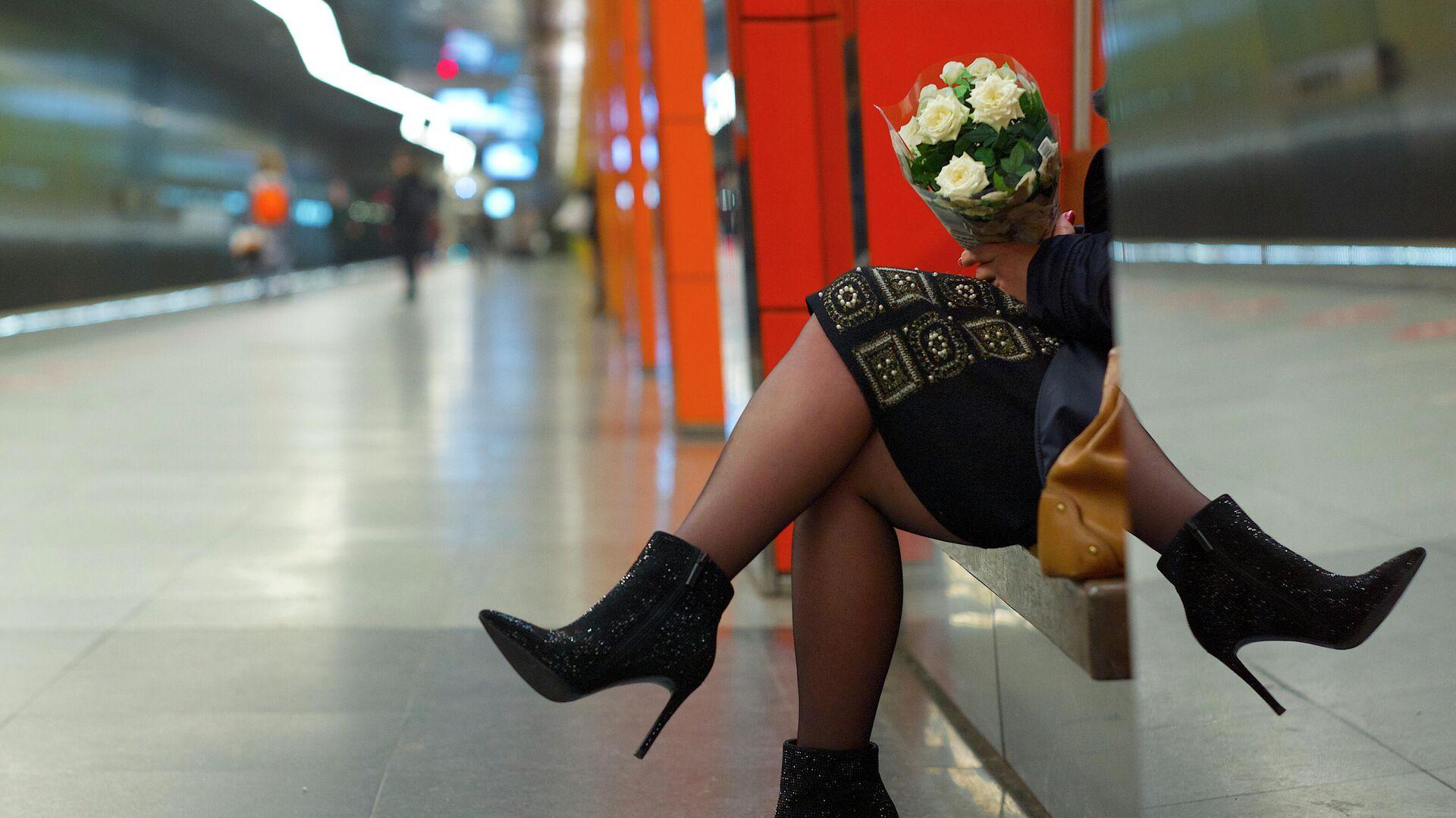Девушка с букетом цветов в Московском метрополитене - РИА Новости, 1920, 30.07.2021