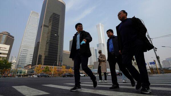 Мужчины в центральном деловом районе Пекина