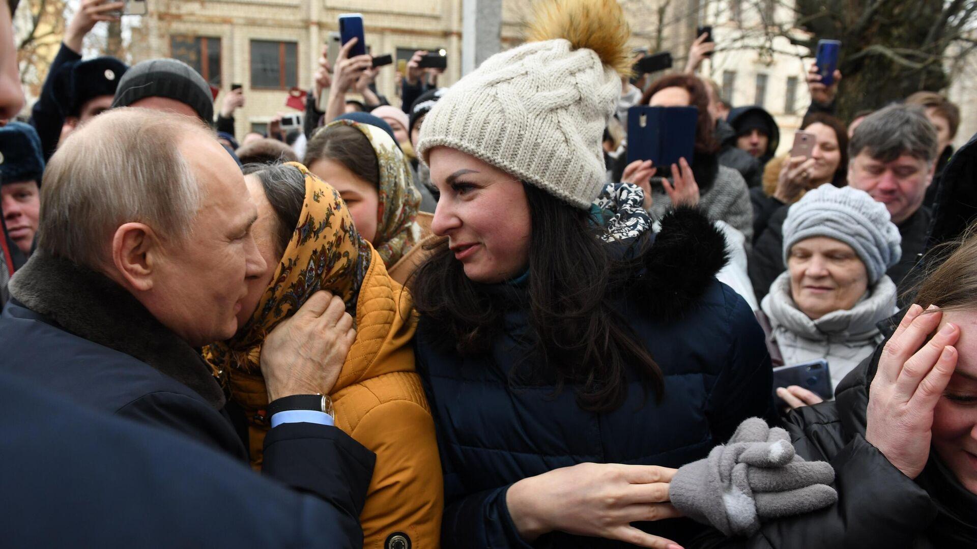 Президент РФ Владимир Путин общается с местными жителями в городе Иваново - РИА Новости, 1920, 07.03.2021