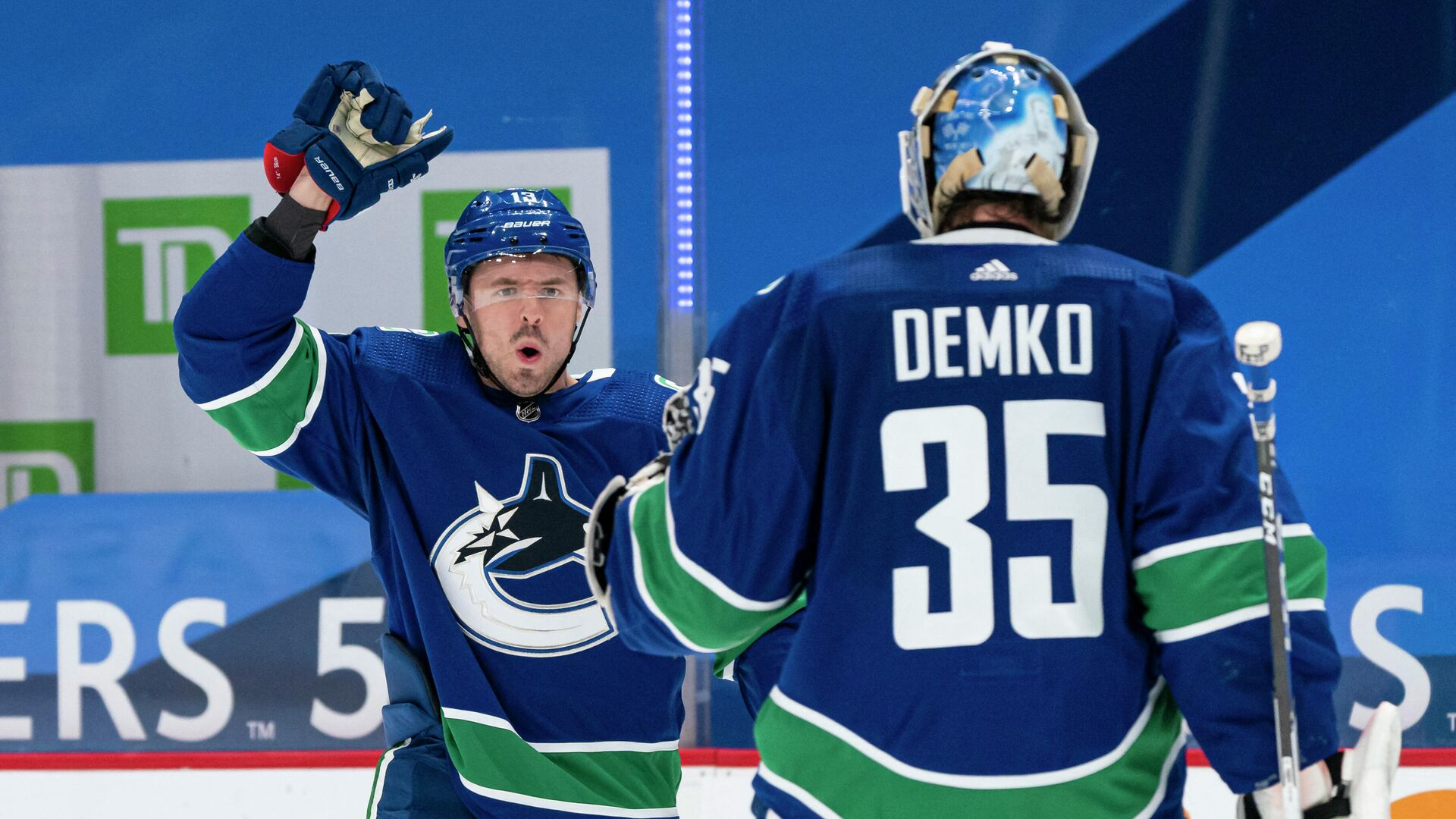 VANCOUVER, BC - MARCH 08: Jayce Hawryluk #13 of the Vancouver Canucks congratulates teammate Thatcher Demko #35 after defeating the Montreal Canadiens 2-1 in a shootout in NHL hockey action at Rogers Arena on March 8, 2021 in Vancouver, Canada.   Rich Lam/Getty Images/AFP (Photo by Rich Lam / GETTY IMAGES NORTH AMERICA / Getty Images via AFP) - РИА Новости, 1920, 09.03.2021