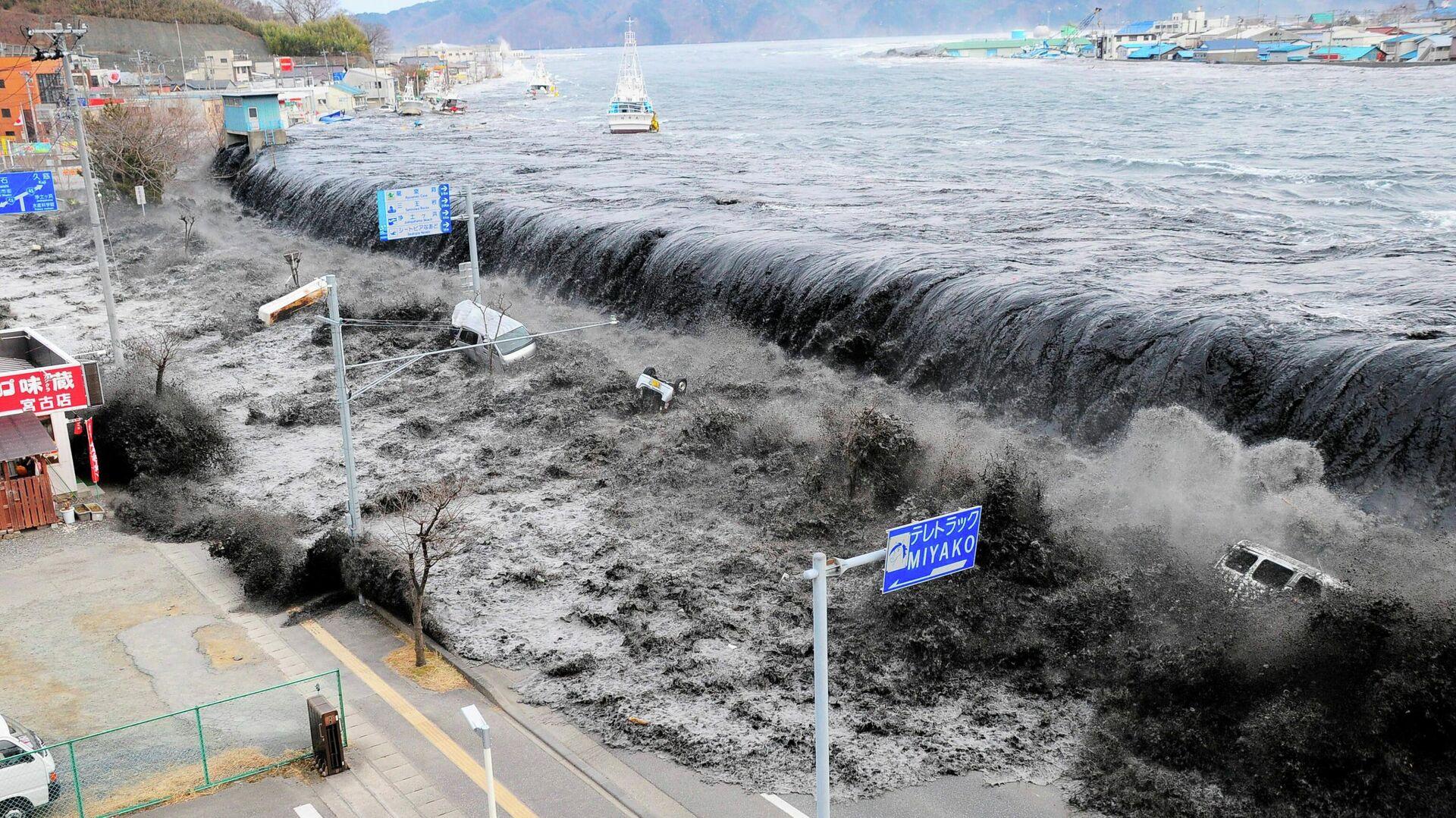 Волна приближается к городу Мияко в префектуре Иватэ после землетрясения магнитудой 8,9, произошедшего в этом районе 11 марта 2011 года - РИА Новости, 1920, 11.03.2021