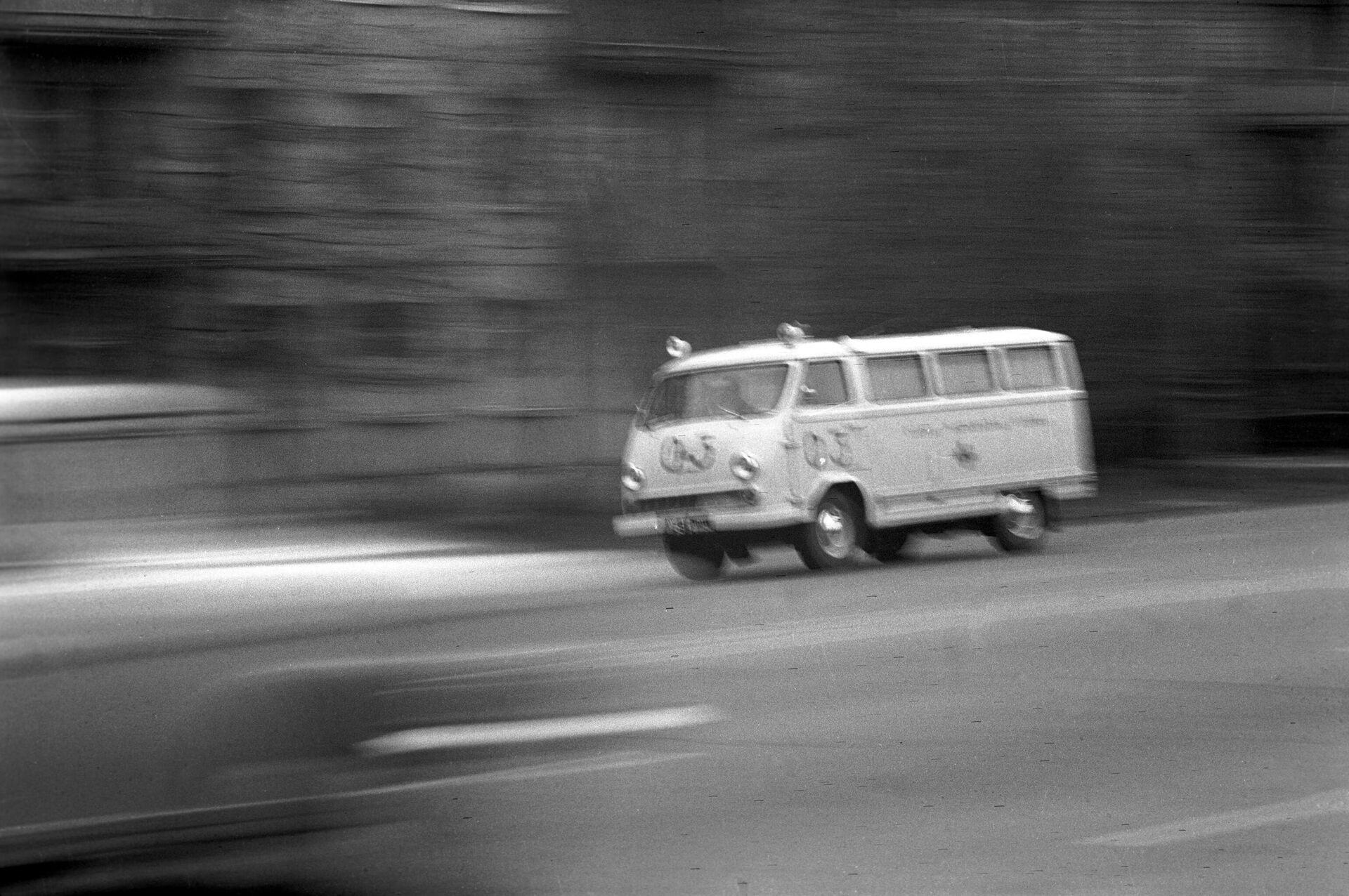 Автомобиль скорой помощи мчится на вызов - РИА Новости, 1920, 10.03.2021
