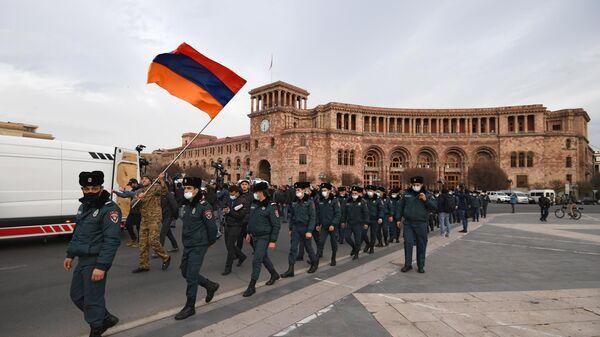 Сотрудники полиции на площади Революции во время митинга оппозиции в Ереване