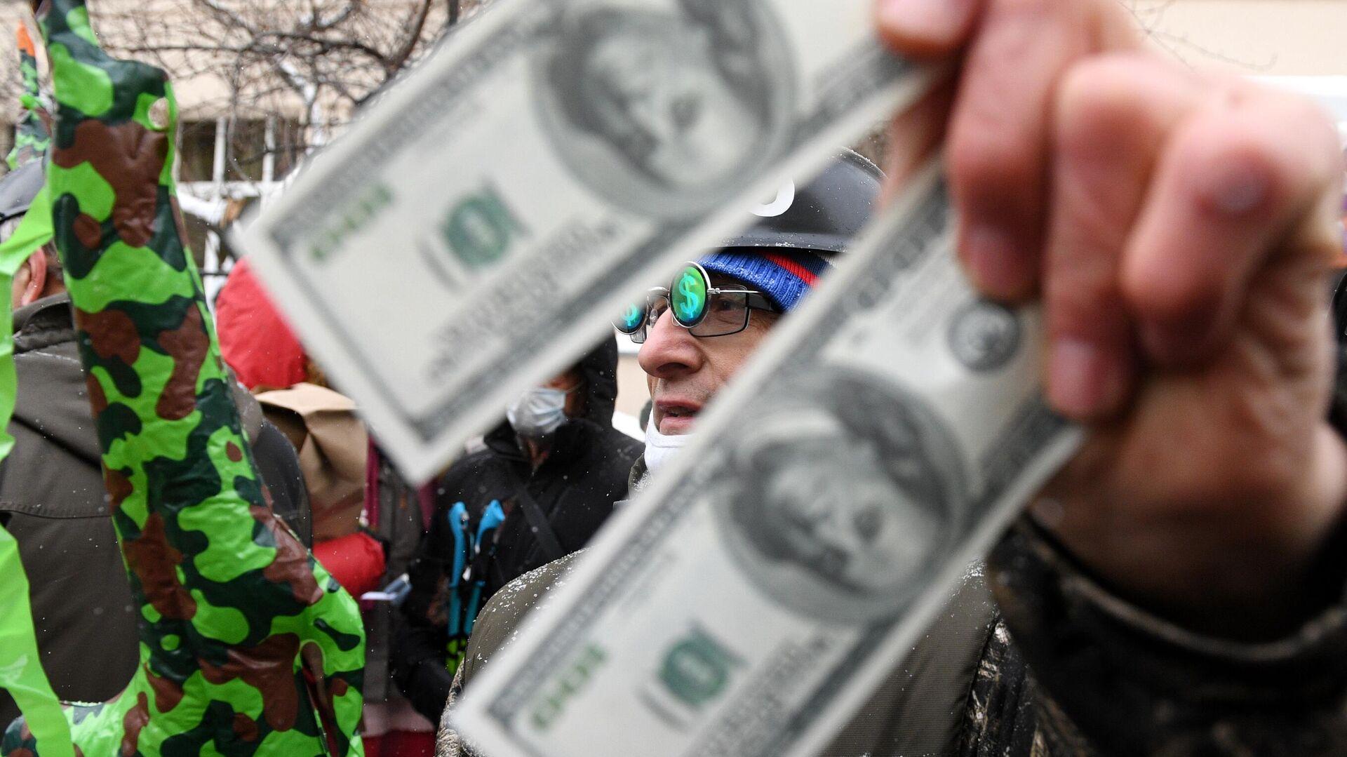 """""""Самое время"""": россиянам посоветовали скупать валюту"""