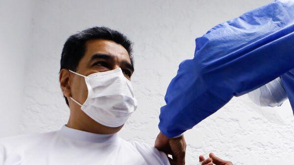Президент Венесуэлы Николас Мадуро вакцинируется российским препаратом от коронавируса Спутник V