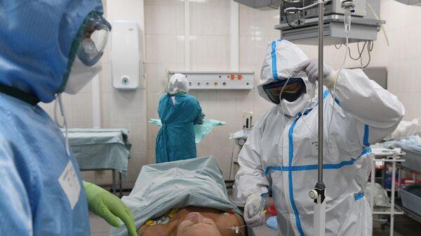 Медицинские работники и пациент