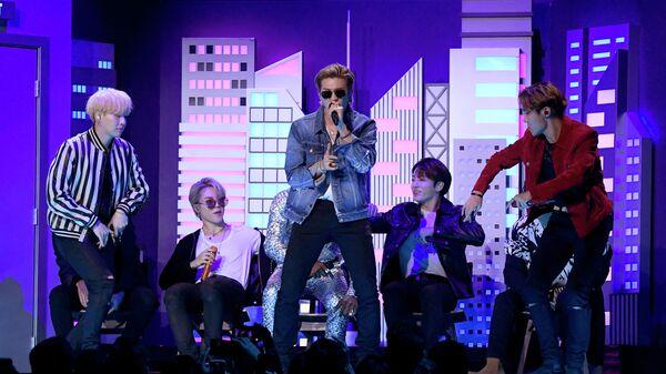 Участники группы BTS во время выступления на 62-й ежегодной премии Грэмми в Лос-Анджелесе