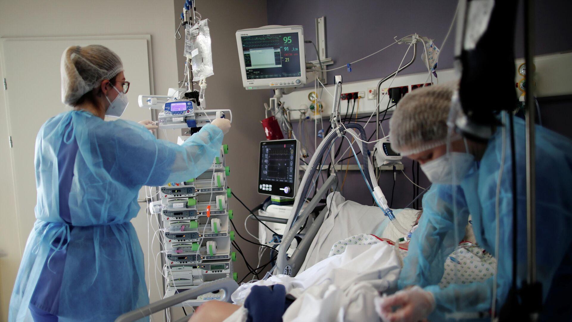 Медицинские работники в отделении интенсивной терапии для пациентов с коронавирусом (COVID-19) больницы Мелун-Сенарт, недалеко от Парижа, Франция - РИА Новости, 1920, 16.03.2021
