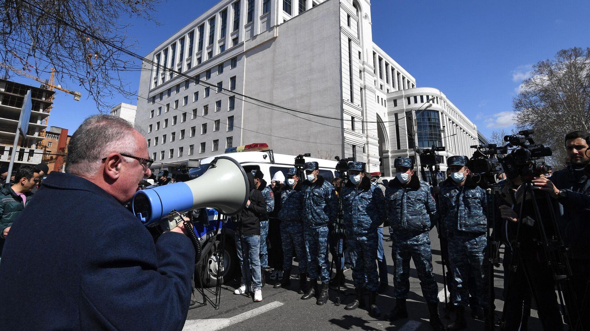 Сотрудники полиции у здания МИД Армении - РИА Новости, 1920, 09.04.2021