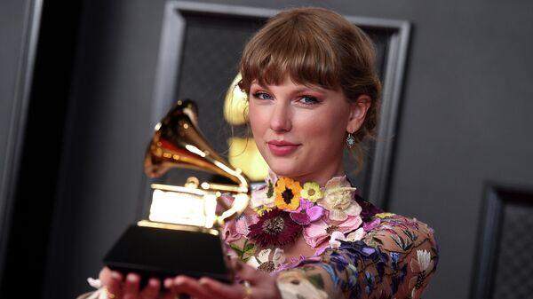 Тейлор Свифт с наградой за альбом года за Фольклор на 63-й ежегодной церемонии вручения премии Грэмми