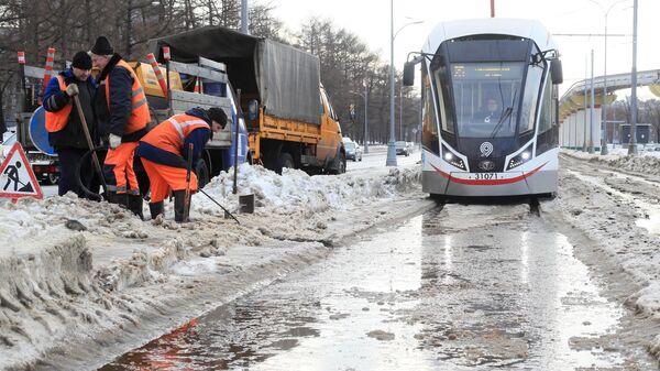 Уборка снега возле трамвайной остановки в Москве