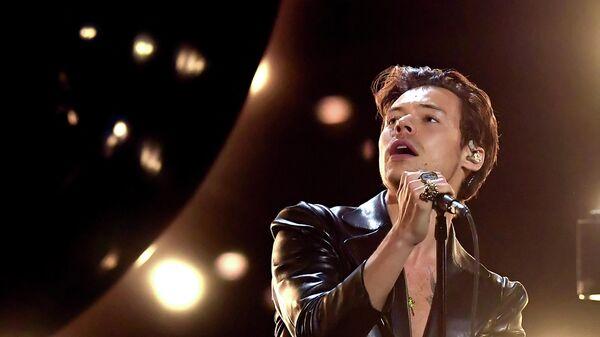 Британский певец Гарри Стайлс выступает в прямом эфире 63-й ежегодной церемонии вручения премии Грэмми