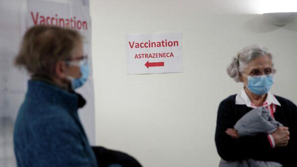 Вакцинация от коронавируса в клинике во Франции
