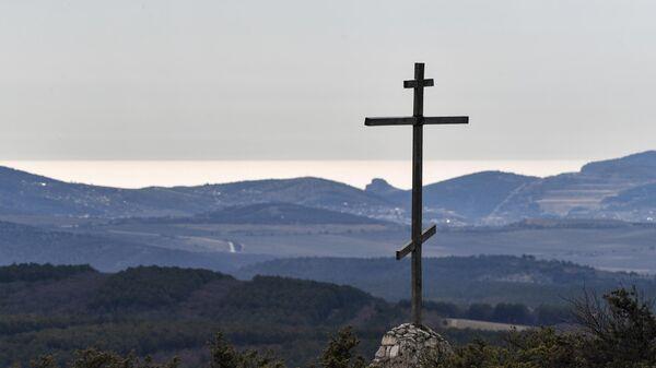Православный крест у пещерного монастыря Челтер-Мармара, расположенного на обрыве горы Челтер-Кая