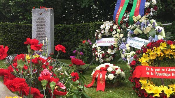 Главы и сотрудники дипмиссий стран СНГ в день празднования 70-летия Победы возложили венки к памятнику советским воинам в швейцарском Базеле.