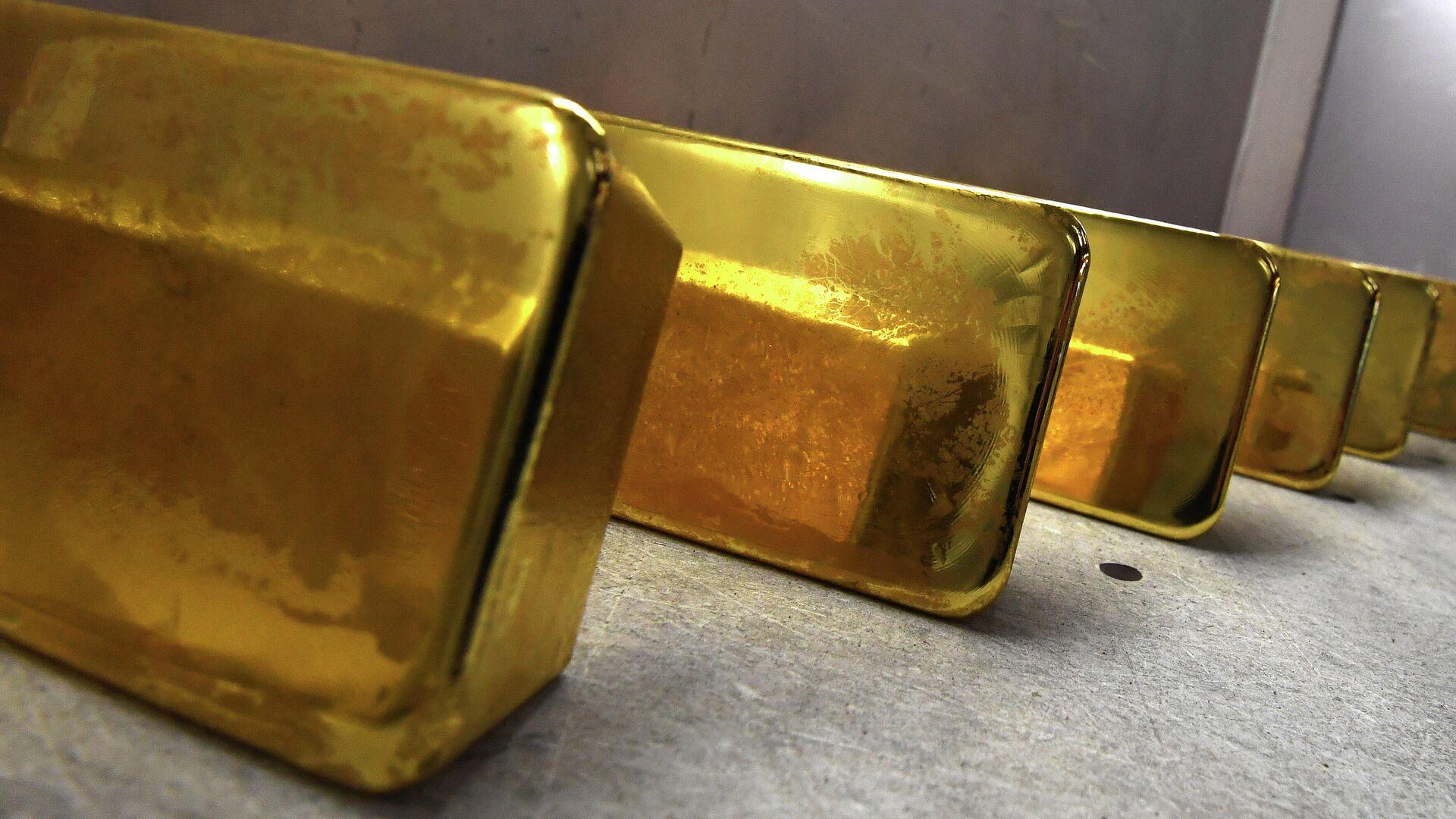 Аналитик посоветовал скупать золото