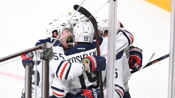 Игроки ХК Металлург радуются заброшенной шайбе в матче регулярного чемпионата Континентальной хоккейной лиги между ХК Авангард (Омск) и ХК Металлург (Магнитогорск).