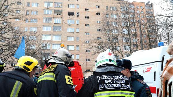 Сотрудники МЧС у жилого дома на улице Зеленой в Химках, пострадавшего от взрыва