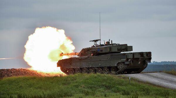 Итальянский основной боевой танк Ariete во время учений