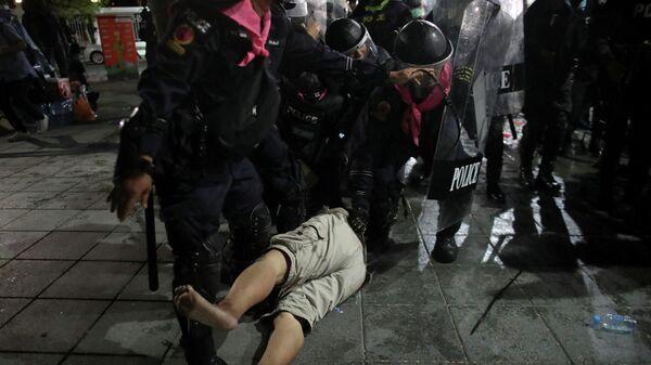 Действия полиции во время антиправительственной демонстрации в Бангкоке, Таиланд