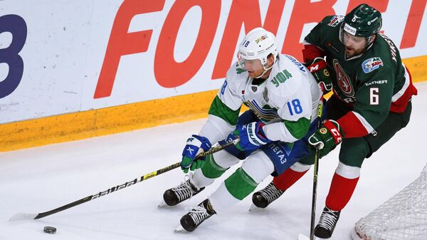 Игрок Салават Юлаев Дмитрий Кугрышев (слева) и игрок ХК Ак Барс Микаэль Викстранд
