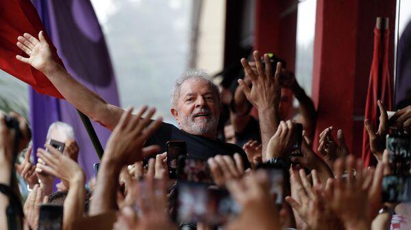 Бывший президент Бразилии Луис Инасио Лула да Силва во время митинга в Сан-Бернарду-ду-Кампу
