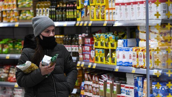 Девушка в дискаунтере 365+ торговой сети Лента в Новосибирске