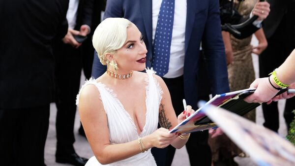 Леди Гага с поклонниками на церемонии вручении премии Гильдии киноактеров США