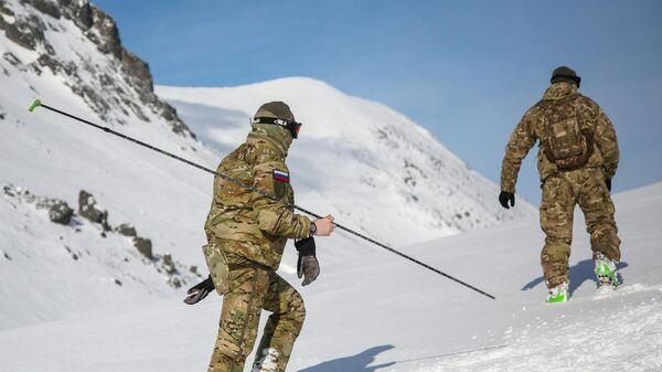 Военнослужащие подразделения Росгвардии во время занятий по горной подготовке в Хибинских горах