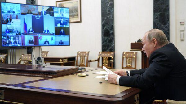 Президент РФ Владимир Путин во время встречи в режиме видеоконференции с лауреатами премий для молодых деятелей культуры