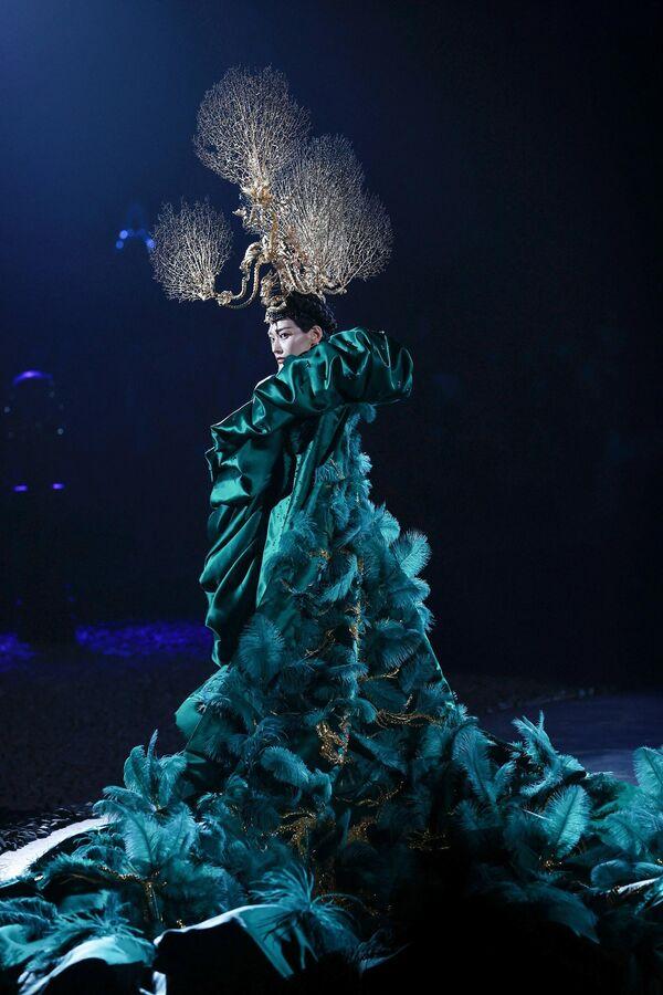 Модель в наряде марки Xiong Ying на Китайской неделе моды в Пекине