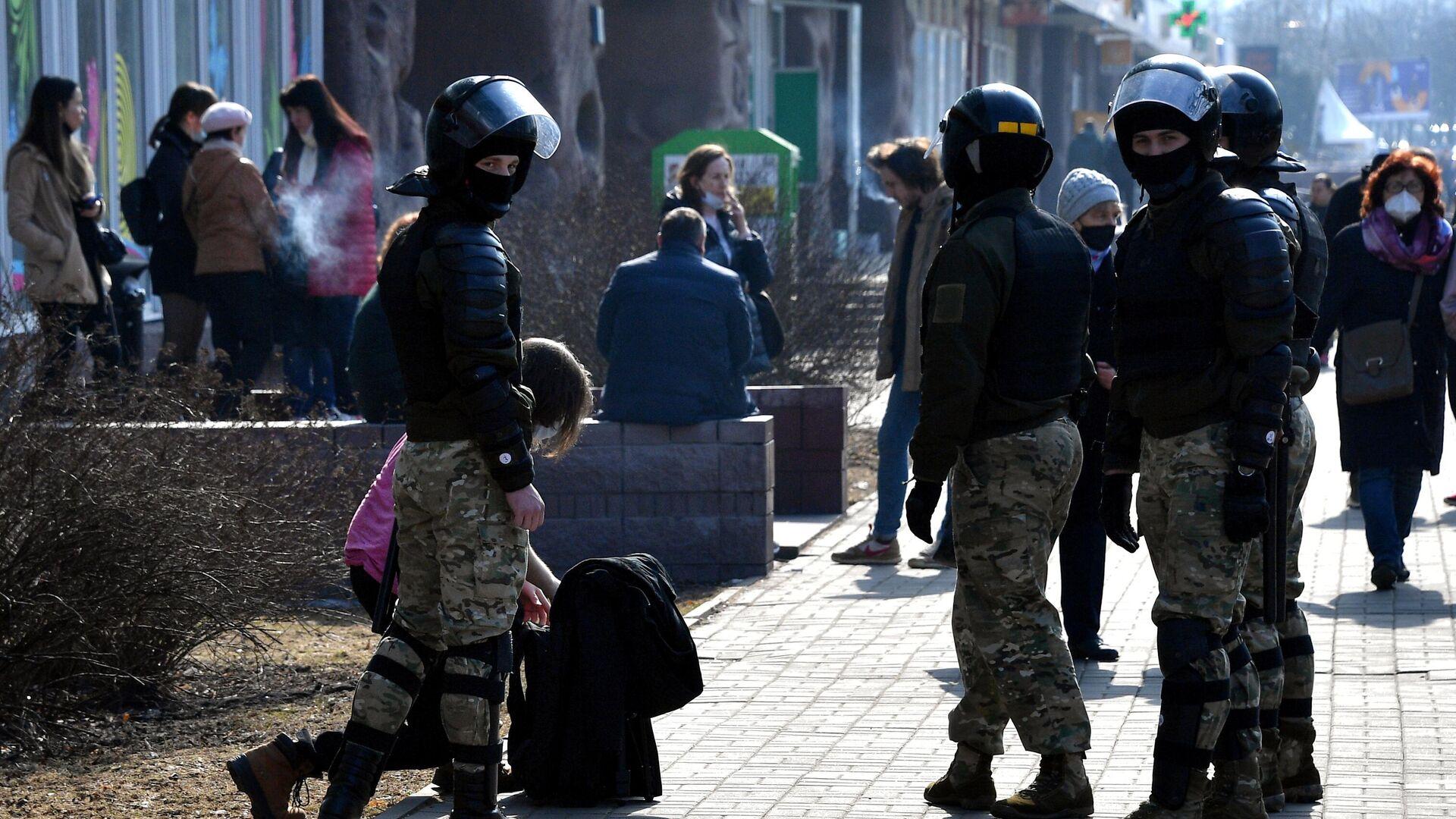 Сотрудники правоохранительных органов во время несанкционированной акции протеста в Минске - РИА Новости, 1920, 08.06.2021
