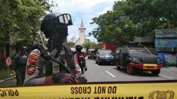 Сотрудники правоохранительных органов на месте взрыва у католического храма в индонезийском городе Макассар