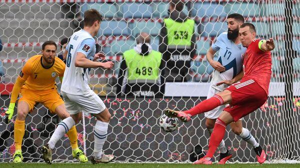 Игровой момент матча футбольных сборных Россия - Словения