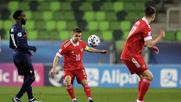 Игрок сборной Франции Нанитамо Иконе (слева) и игрок сборной России Иван Обляков в матче молодежного чемпионата Европы по футболу между сборными России и Франции.