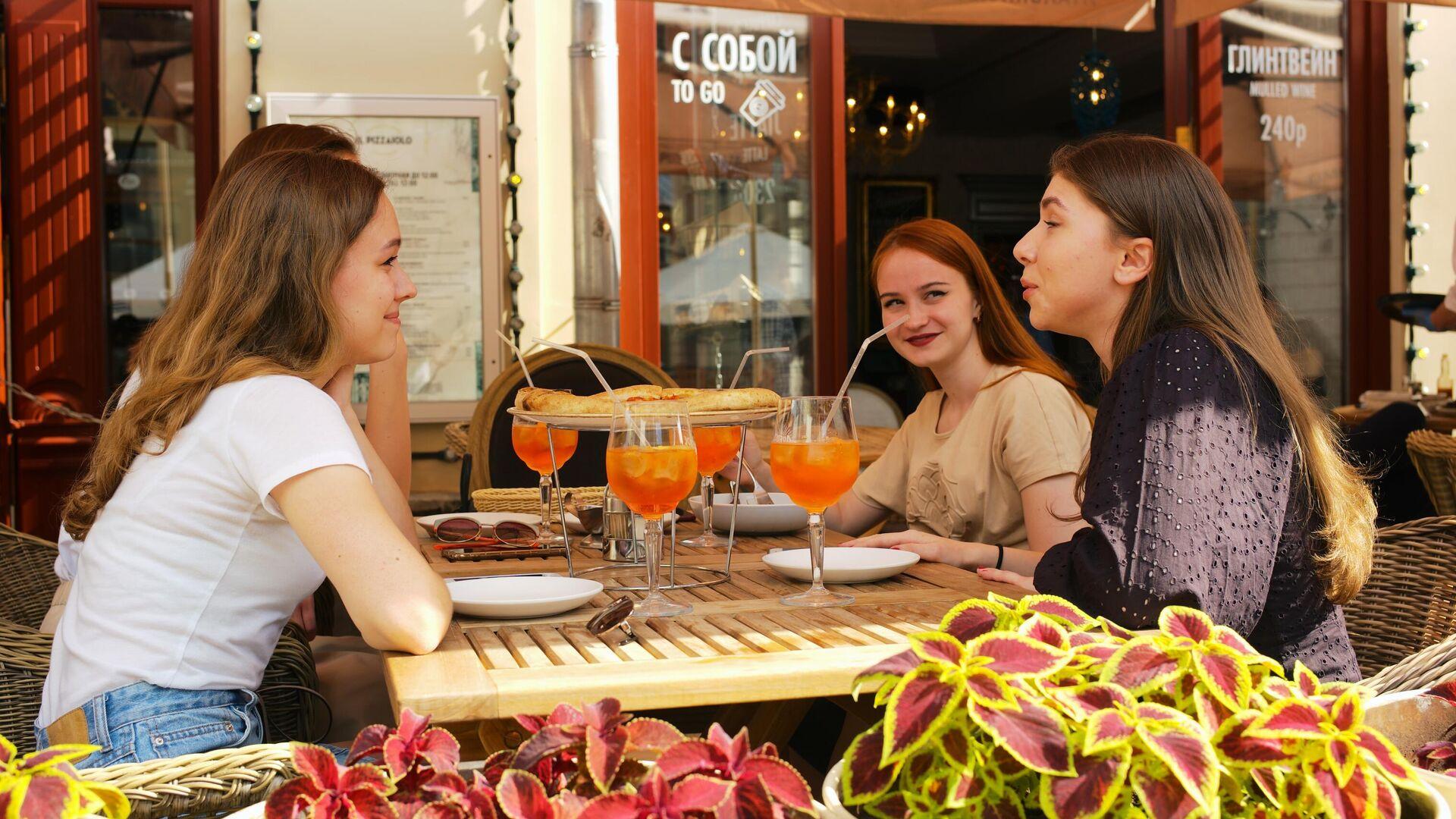 Девушки в летнем кафе - РИА Новости, 1920, 23.04.2021