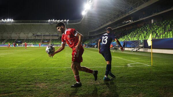 Игрок сборной России Наир Тикнизян (слева) и игрок сборной Франции Колин Дагба в матче молодежного чемпионата Европы по футболу между сборными России и Франции.