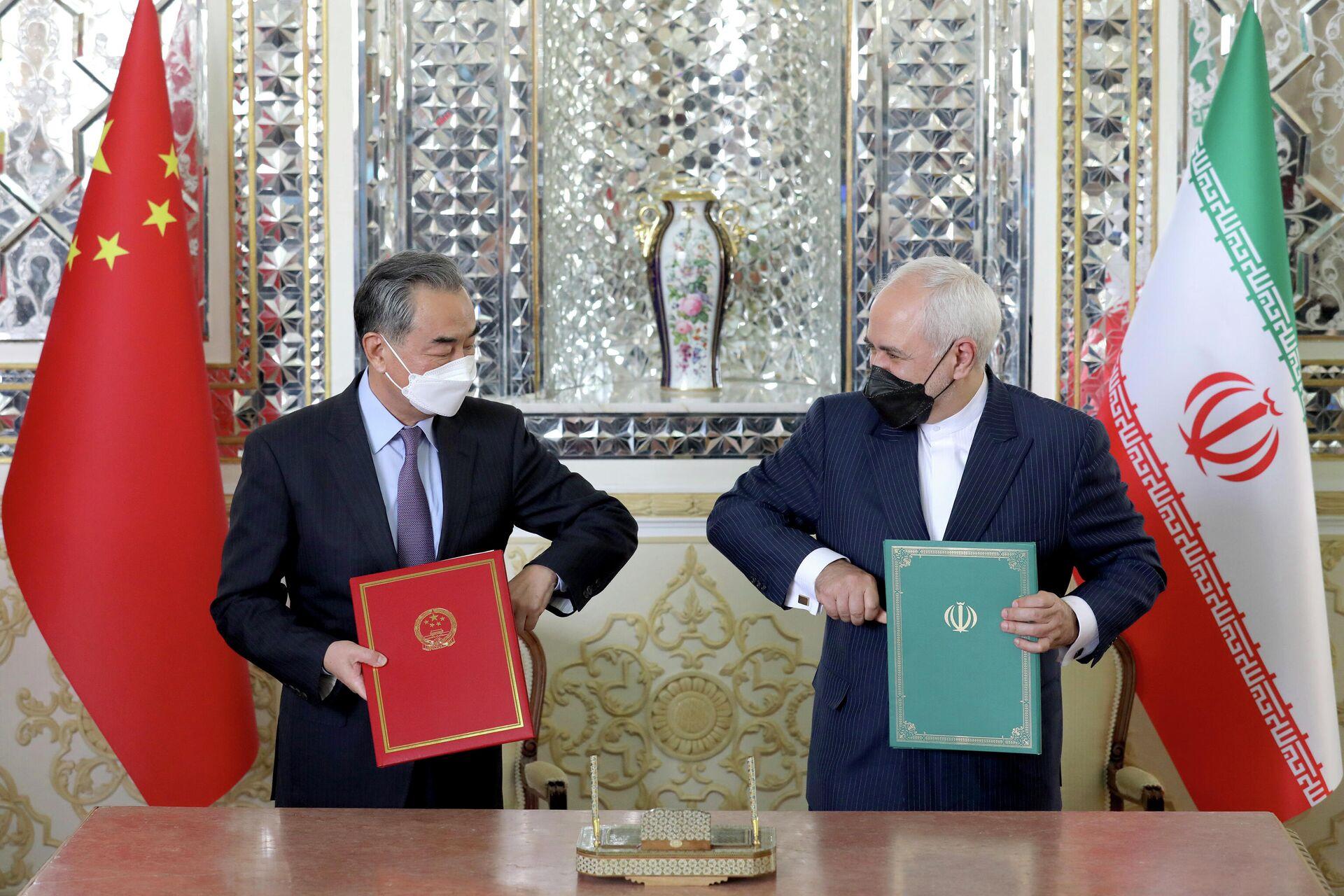 Министр иностранных дел Китая Ван И и министр иностранных дел Ирана Мохаммад Джавад Зариф во время подписания соглашения о всеобъемлющем стратегическом партнерстве в Тегеране - РИА Новости, 1920, 10.06.2021